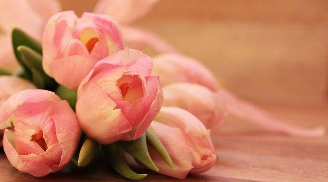 offrir un bouquet de roses